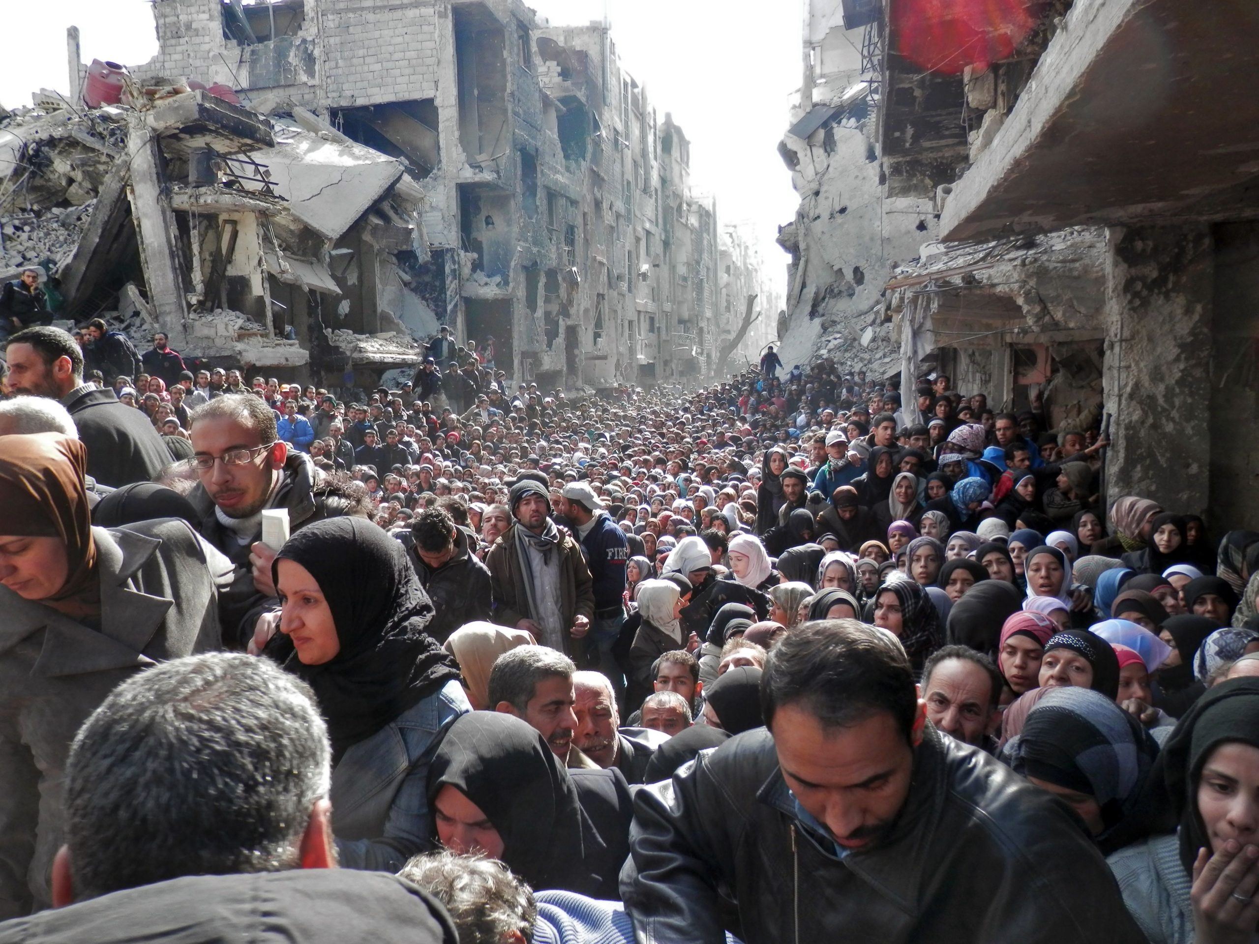Palestinian refugees waiting for relief aids in the Yarmouk camp - 2014 (Getty Images)