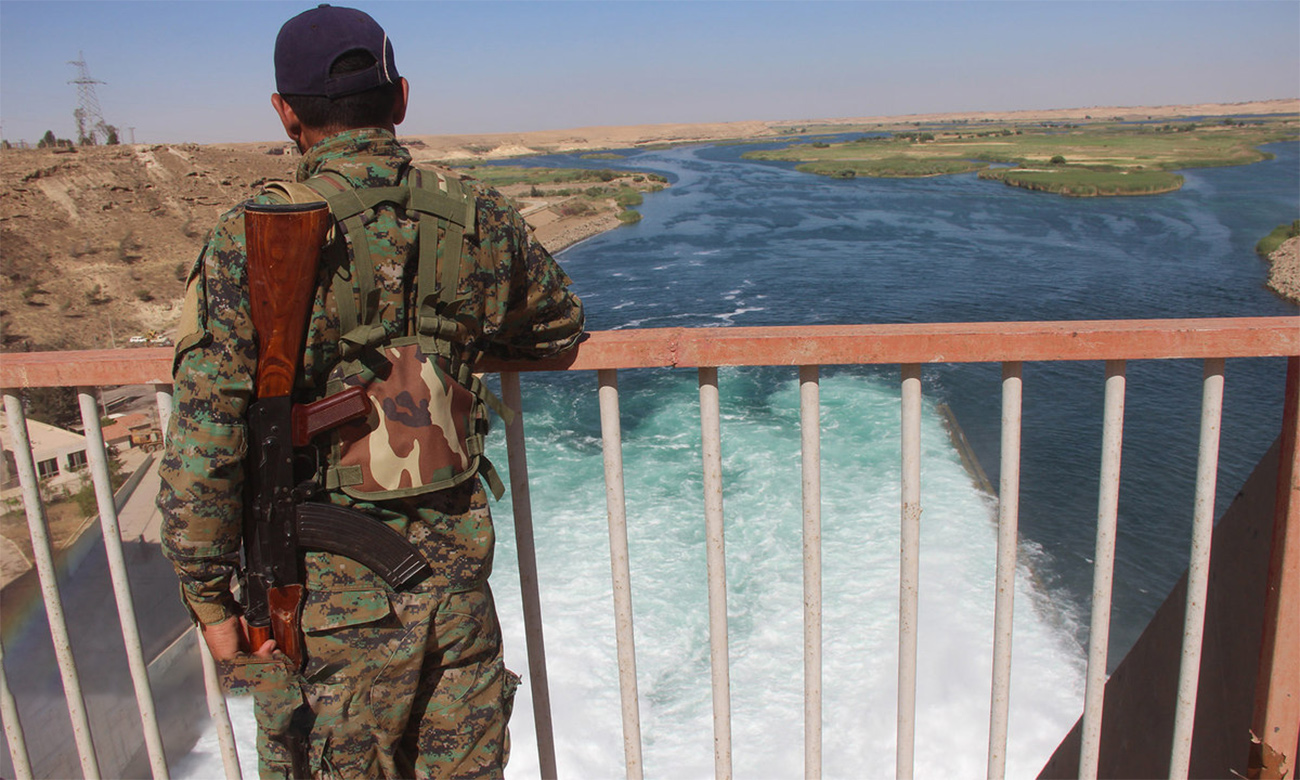"""A fighter of the """"Syrian Democratic Forces (SDF)""""standing on the Euphrates River in al-Tabqa city, west of al-Raqqa- 15 May 2017 (Enab Baladi)"""