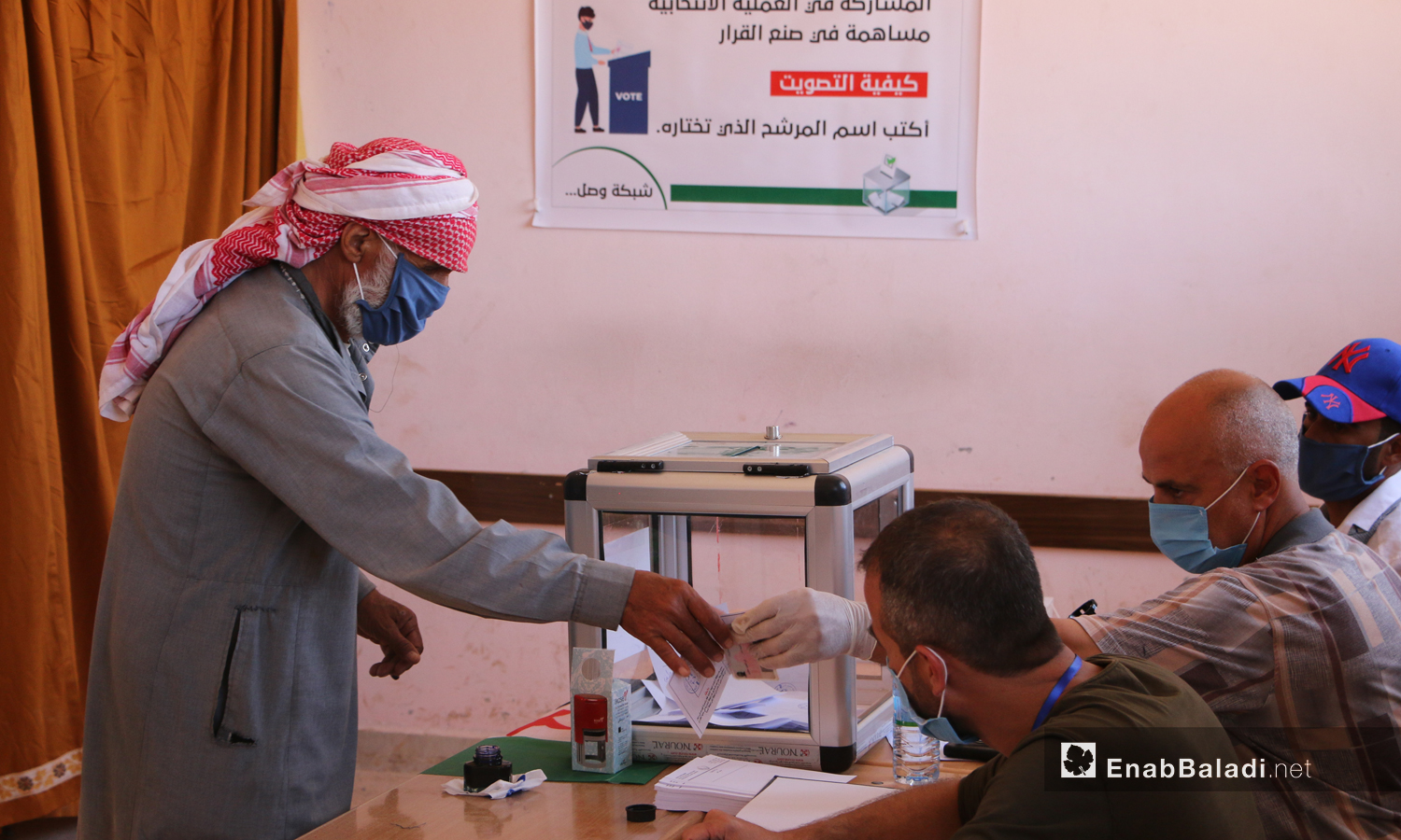 A voter casting a ballot in the Tal Aar Local Council elections - 3 October (Enab Baladi)