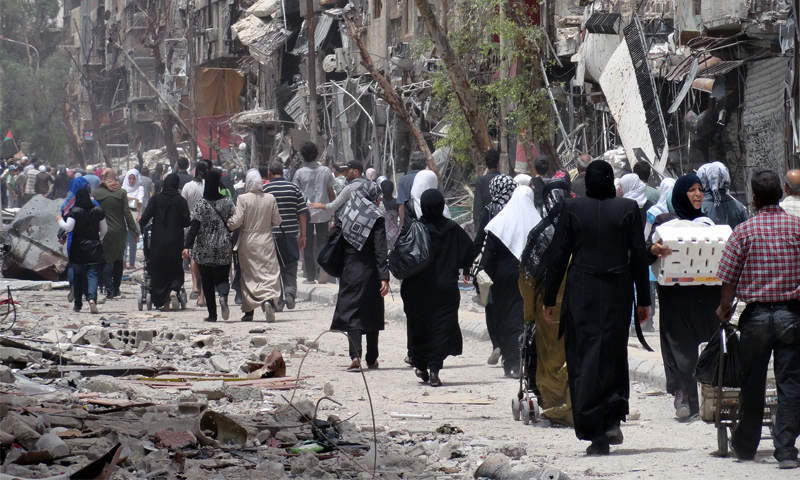 Palestinians leaving the Yarmouk camp in Damascus due to the Syrian regime's bombing of the area - 2015 (MEE)