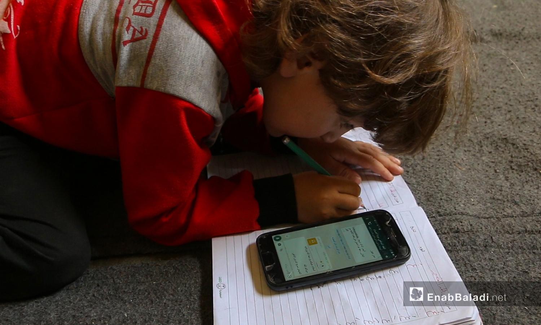 A child studying remotely in Idlib - 8 May 2020 (Enab Baladi / Anas al-Khouli)