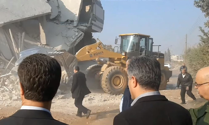Hama governor supervising the demolition of houses in Hama