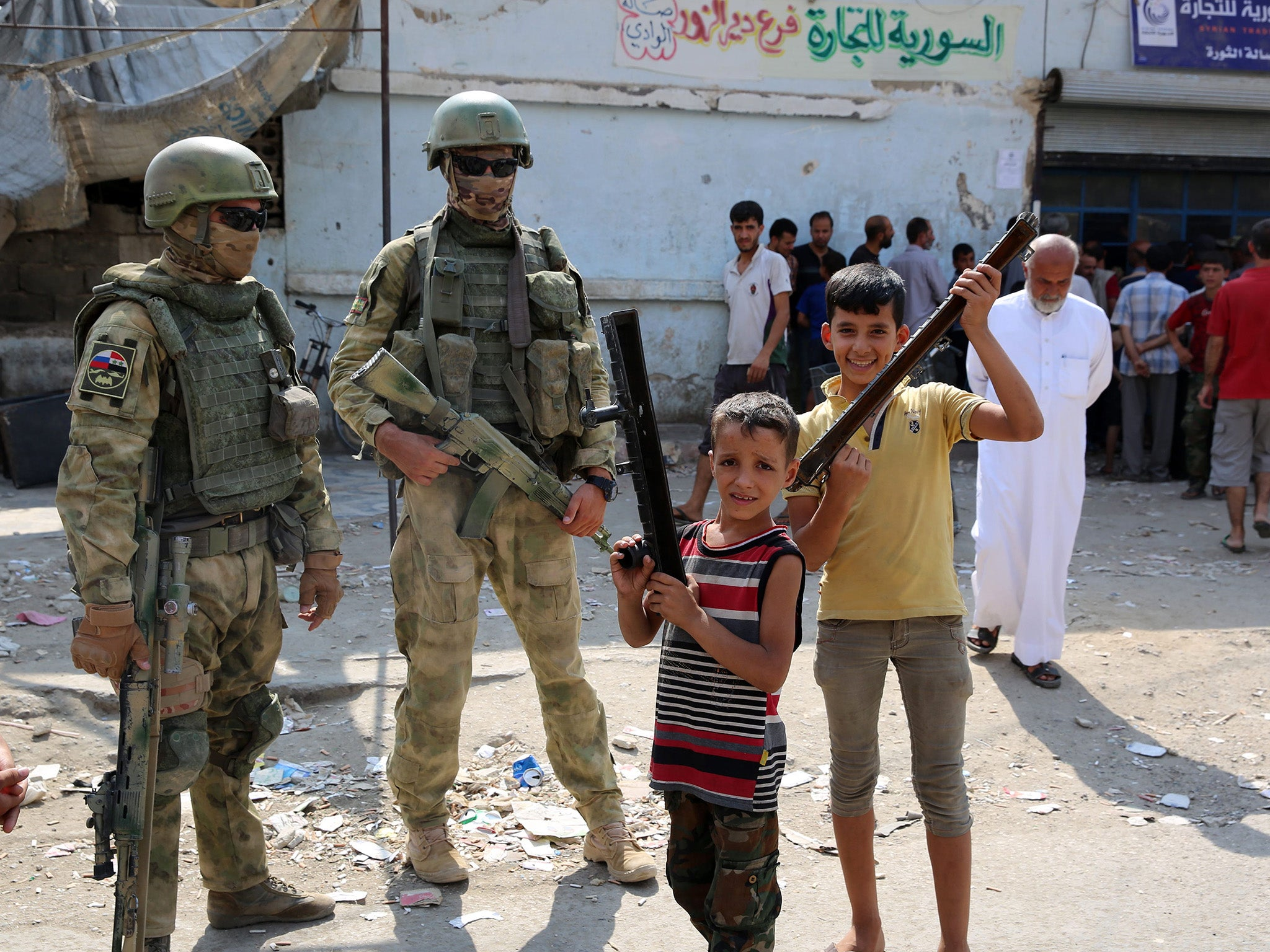 Members of the Russian Special Forces with Syrian children in Deir Ezzor - (Getty Images)