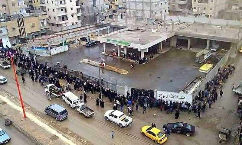 People waiting in long lines at the Shukri Bouzan fuel station in the city of Raqqa- 17 February 2021 (Raqqa our family Facebook page)