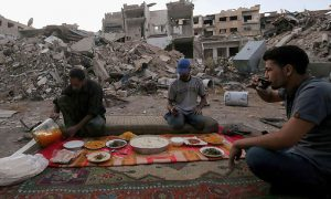 Syrian family break Ramadan fast amidst the rubble of buildings bombed by the Syrian regime in Ghouta (Anadolu)