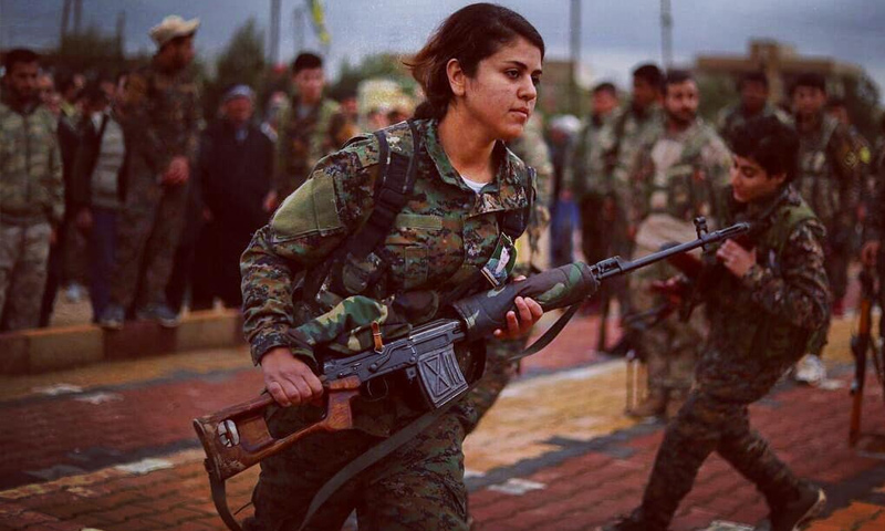A fighter of the Kurdish Women's Protection Units (YPJ) during the battles east of the Euphrates against the Islamic State (IS) - January 2019 (Dalil Sulaiman AFP)