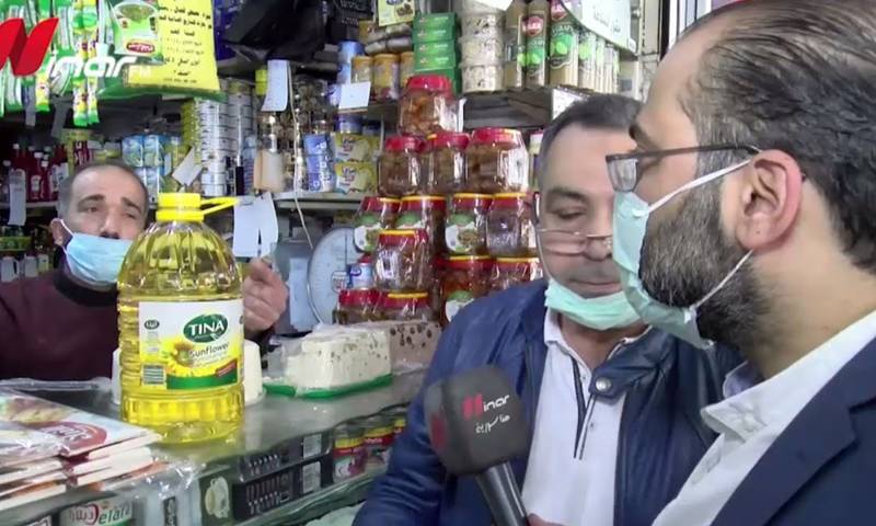 A presenter in Ninar FM radio station in Syria during a tour accompanied by the Syrian Ministry of Health in the markets of the Mezzeh area in Damascus (Ninar FM)