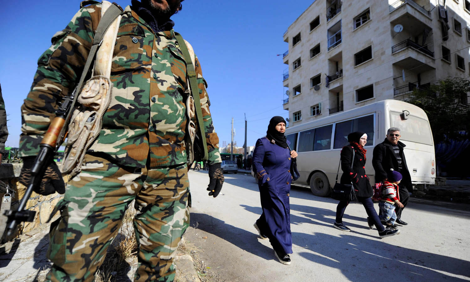 Civilians walking the streets to check on the safety of their houses under the presence of Syrian regime forces in Ibrahim Hanano neighborhood in Aleppo - 4 December 2016 (Omar Sanadiki / Reuters)