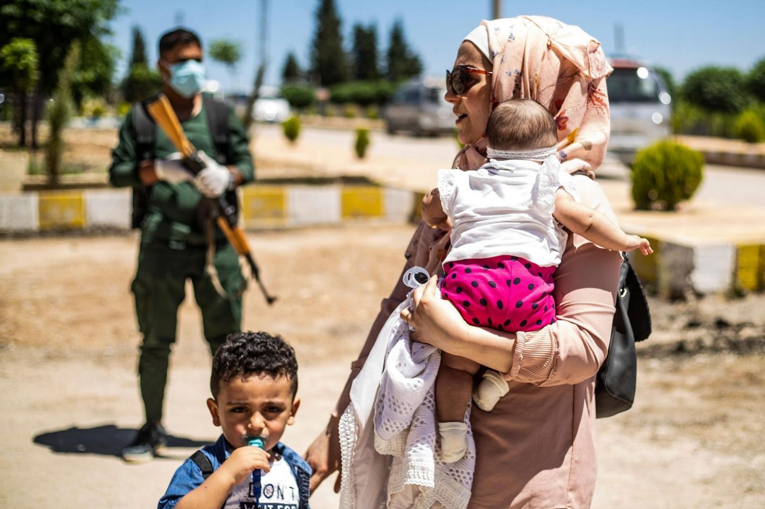 Families at the Semalka border crossing waiting for Iraqi border authorities to grant them access – 29 July 2020 (AFP).