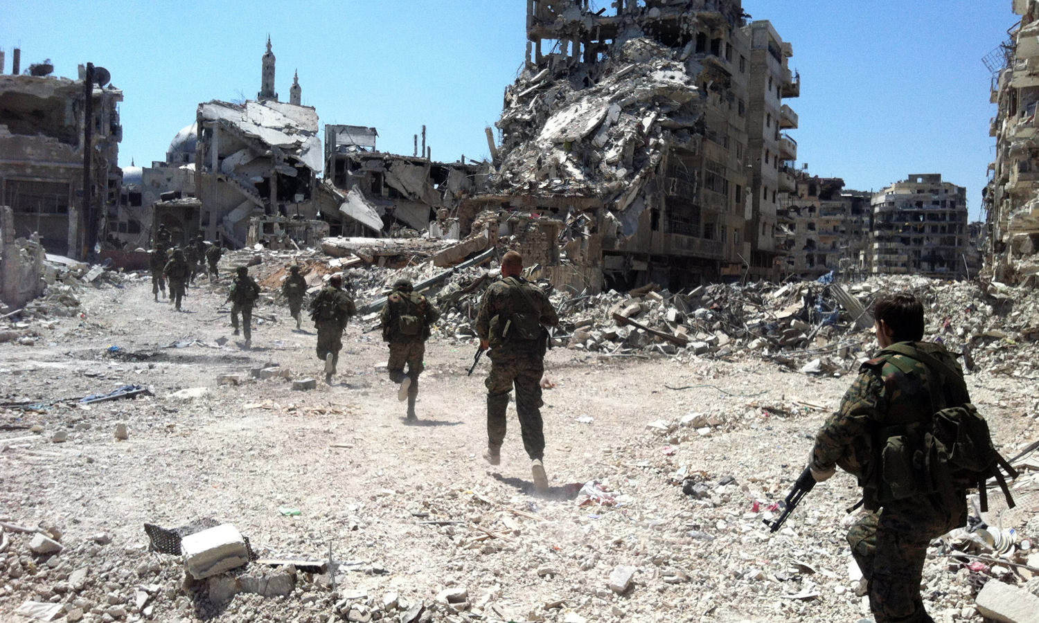 Members of the Syrian regime forces participating in the battles of the al-Khalidiya neighborhood in Homs city - July 2013 (AFP)