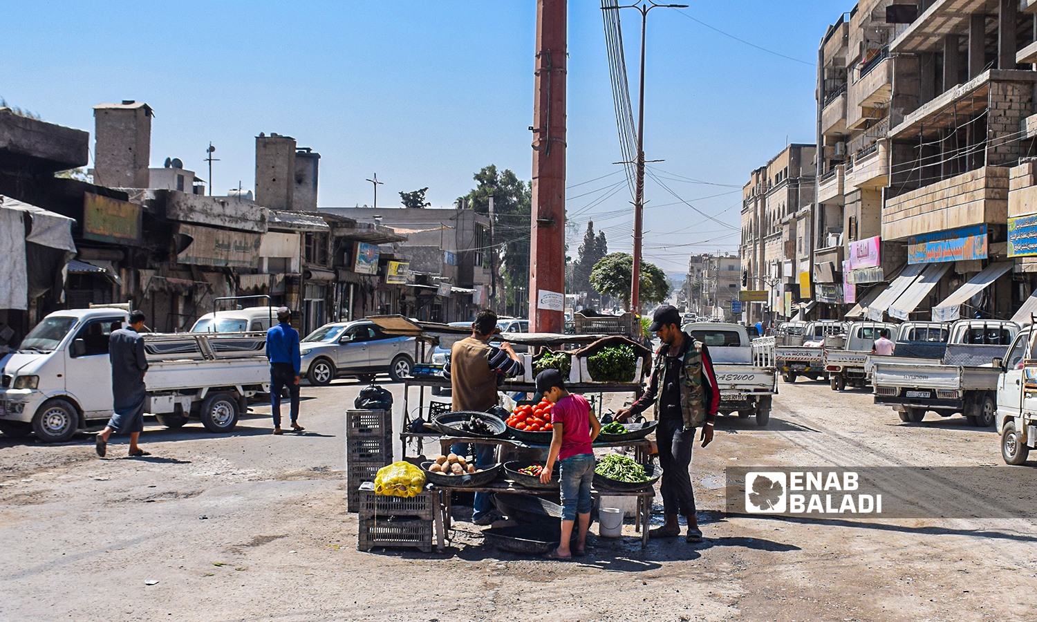 A vegetable seller in the middle of al-Mansour Street in the city of Raqqa-23 August 2021(Enab Baladi/Hussam al-Omar)