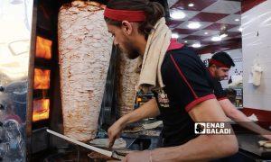 A shawarma stand worker in one of Idlib city's restaurants - May 2021 (Enab Baladi)